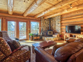 Gorgeous wood cabin w/fireplace, private balcony & mountain views
