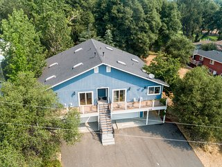 NEW LISTING! Dog-friendly duplex with mountain views and shared pool/tennis