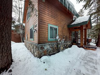 Cabin w/ golf course views from the deck, shared pool/hot tub, fitness, & tennis