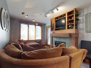 Updated condo with shared hot tub, pool & sauna - walk to the gondola!