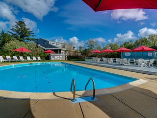 Seaside suite w/tennis courts and a shared pool, perfect for romantic getaways!