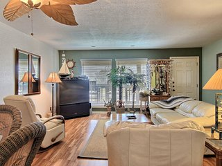 Bright & comfortable, dog-friendly condo w/ shared pool & Schlitterbahn view!
