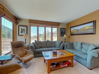 Walk to the slopes from this remodeled condo w/shared pool, hot tub & sauna