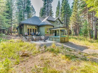 All-seasons getaway on Rio Vista pond with private hot tub - dogs welcome!