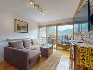 NEW LISTING! Cute condo with balcony and mountain/skiing views - 1 mile to lifts