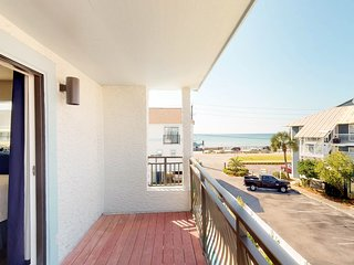 NEW LISTING! Coastal townhome w/gorgeous interior, shared pool & beach access