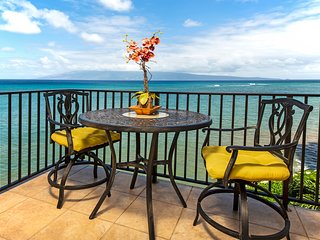 Oceanfront condo w/shared pool, stunning views, shopping & dining