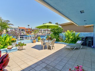 Canal-front house w/ a private, furnished patio - close to the beach & pier!