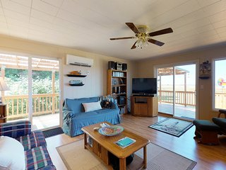 Dog-Friendly cabin with large deck, free WiFi, near 2 state parks. Great surf!