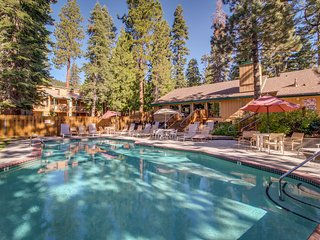Lovely condo w/ a shared pool, hot tub, & game room - in a great location!