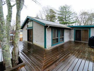Tranquil, quiet home w/ private deck - walk to beaches and downtown Oak Bluffs!