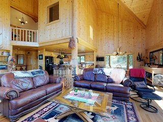 NEW LISTING! Beautiful cabin w/mountain view, hot tub & luxury kitchen