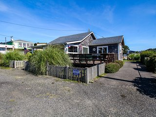 Gorgeous, dog-friendly cottage with large deck - just one block from the beach!