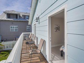 Dog-friendly waterfront duplex w/deck, shared kayaks & canal view