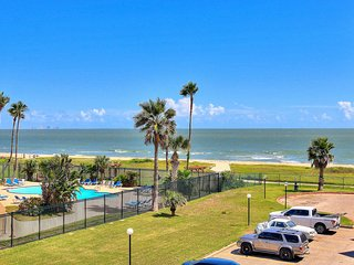 NEW LISTING! Waterfront condo w/ shared pool, fitness center & beach access