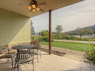 NEW LISTING! Cozy condo w/ fireplace, shared pool & gym - near Young Harris