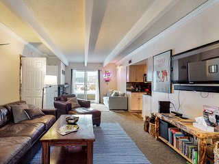 NEW LISTING! Spacious condo w/shared hot tub/pool/sauna, bus to town/slopes