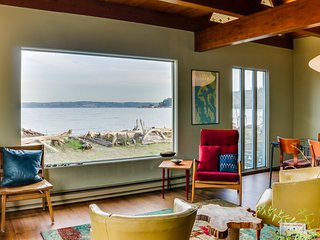 Oceanfront home on the beach w/ deck, Mt. Baker view & firepit!