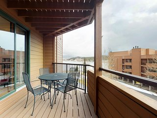 NEW LISTING! Mountain view condo w/shared hot tub/sauna - near dining