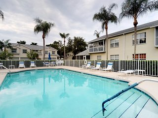 Beautiful condo with screened in porch, shared pool and free wifi!