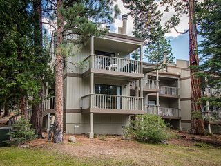 Beautiful condo with shared pool & tennis courts, close to Northstar!