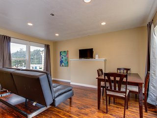 Modern condo w/peek-a-boo ocean views, nearby beach access - dogs ok!