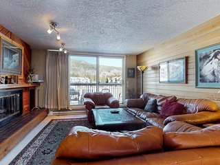 NEW LISTING! Lakefront condo w/balcony, shared pool/hot tub/sauna, bus to slopes