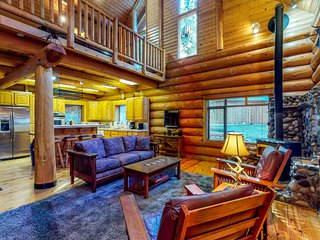Beautiful log home & bunkhouse w/hot tub, near Lake Wenatchee