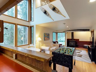 Chalet w/private hot tub in quiet location 3 blocks to the resort - dogs welcome