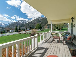 Spacious home w/ private hot tub & mountain views - near town and skiing!