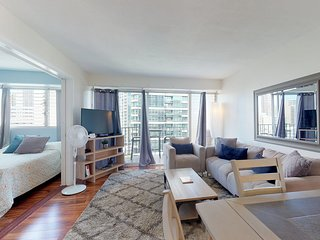 Bright walkable condo in Waikiki w/ shared pool, free Wifi & views!