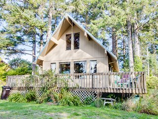 Peaceful, dog-friendly A-frame cottage with rustic tree-lined views