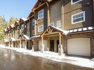 Dog-friendly, upscale condo w/ shared pool & hot tub - one mile from skiing