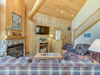 Bright cabin w/ shared pool, hot tub, resort amenities & entertainment!