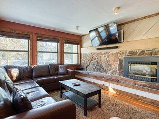 First-floor condo w/pool/hot tub access - close to ski hill!