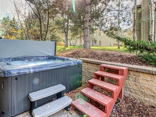 Luxurious townhouse close to slopes w/ private hot tub and shared pool