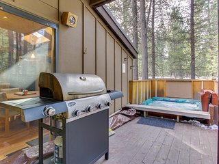 Updated, dog-friendly cabin with private hot tub plus SHARC passes and access