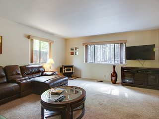 Cozy dog-friendly home for a large family w/ private hot tub & game room!