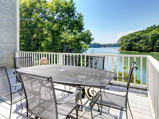Dog-friendly waterfront home with grand piano and fireplace!