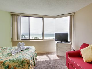 Oceanfront studio w/ shared pool, close to beach & golf - snowbirds welcome!