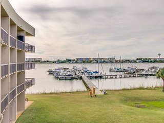 Inviting bayfront suite w/ shared picnic area, dock, & pool!