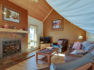 Family-friendly home w/sauna & hot tub access - great views!