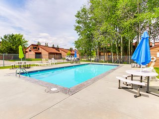Spacious top-floor condo w/ resort amenities - shared pool/hot tub & on-site gym