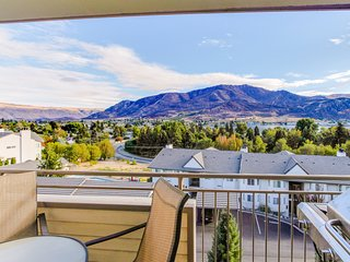 Lovely lakeview condo with shared pool, hot tub, great location near town