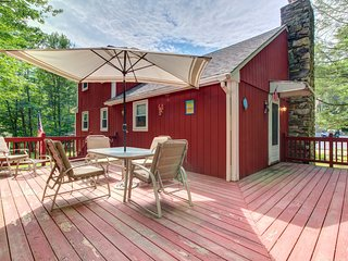 Cozy, dog-friendly Maine cottage with spacious deck and nearby beaches!