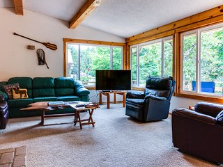 Dog-friendly rustic cabin on the McKenzie River w/large patios!