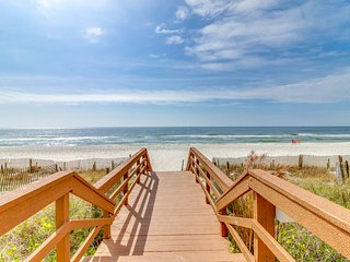Oceanfront condo w/ shared pool, hot tub, & beach access! Snowbirds welcome!