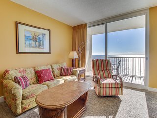 Beachfront condo w/ balcony, views, shared pools & hot tubs! Snowbirds welcome!