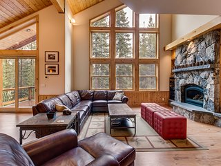 Gorgeous interior, tons of space, private hot tub, shared pool - Mountain Views!
