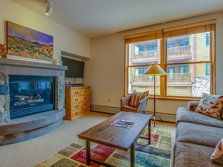 Cozy ski-in/ski-out condo with a shared pool, hot tub, and easy lift access!